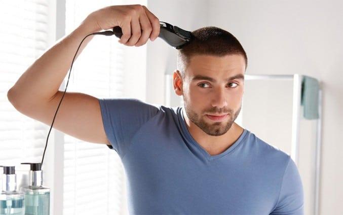 homme se coupe bien les cheveux
